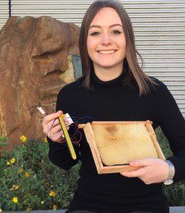 Wirtschaftsinformatikerin Alexandra Hausmann mit einem Temperatursensor und Mini Plus Wabe